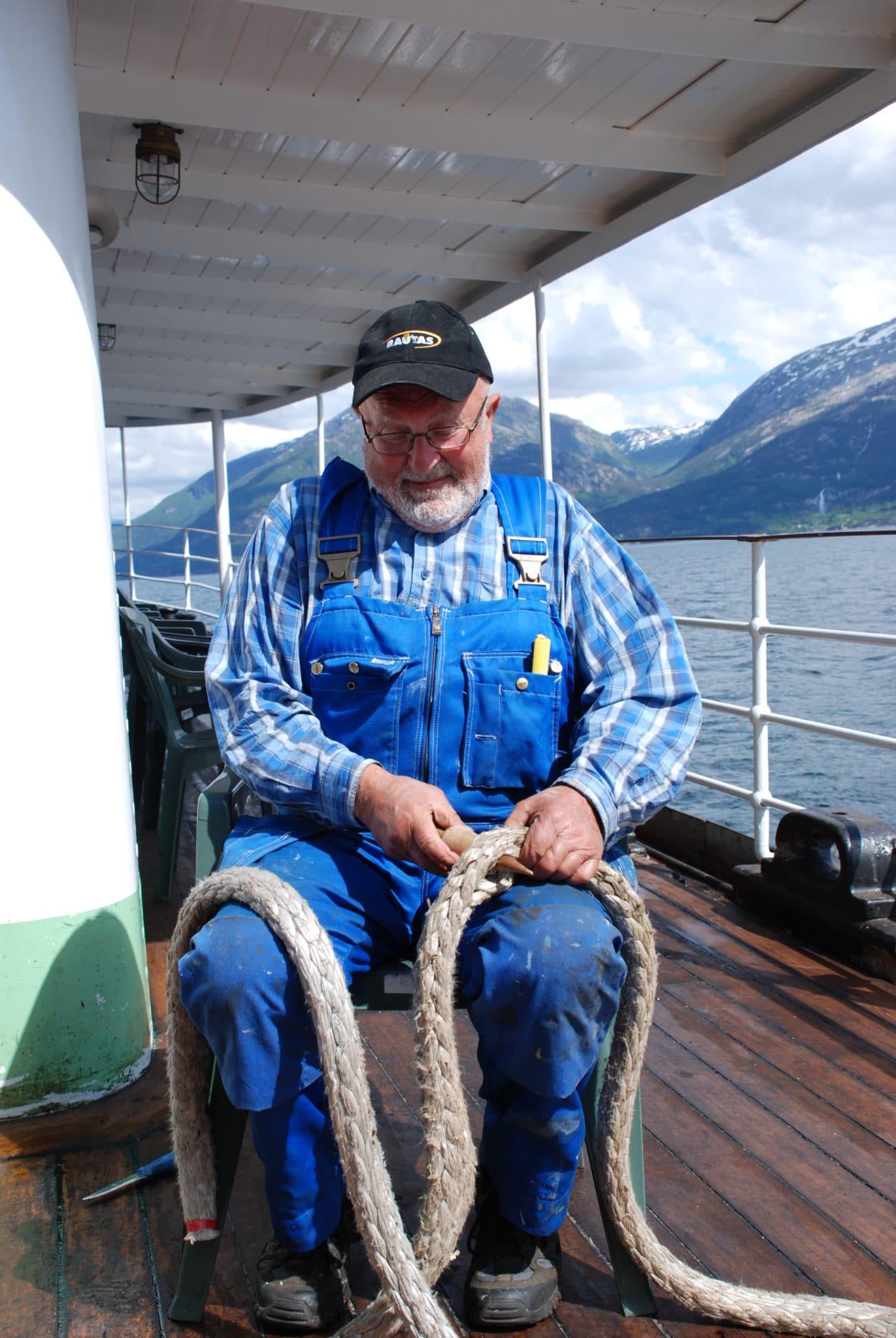 Frivillige reparerer tauverk. Foto: Harald Sætre